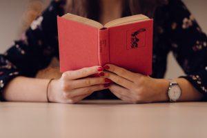 کتاب در حال مطالعه