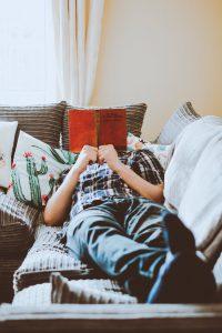 مرد در حال کتاب خواندن