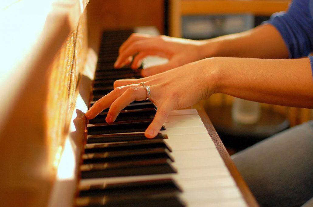 نواختن پیانو هوش سیال