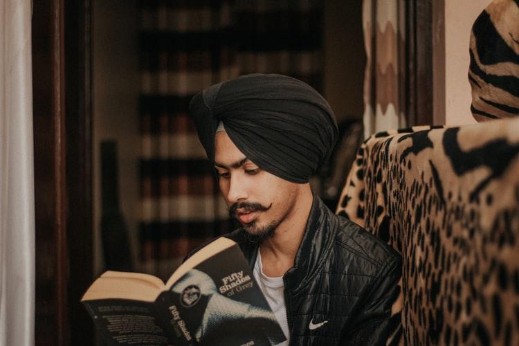 فرد هندی کتابخوان