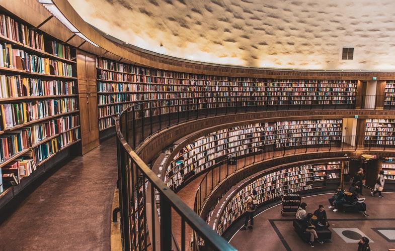 درس خواندن در کتابخانه