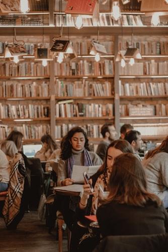 شلوغی کتابخانه و مطالعه در آن