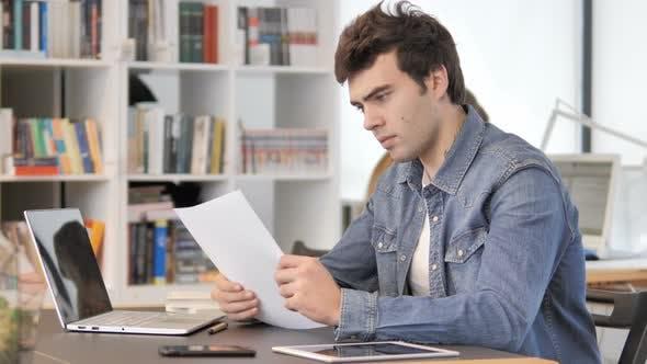کتاب خواندن در محل کار خود