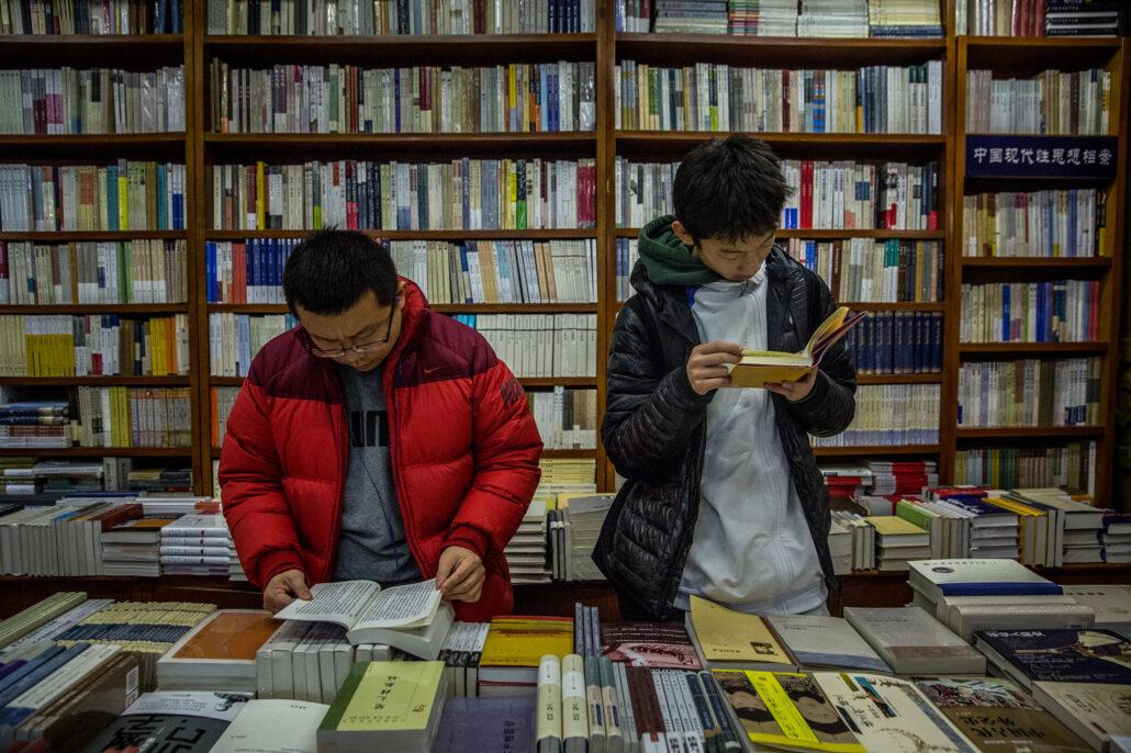 مطالعه کتاب در کتابخانه برای چگونه بهترین ترجمه را انتخاب کنیم